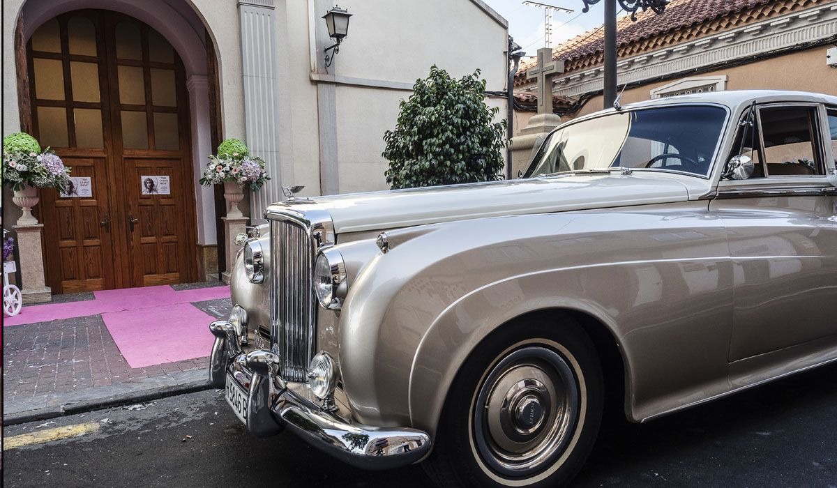 coche clásico novios